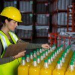 trabajadora examinando botellas jugo 107420 96546